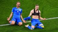 Joker Artjom Dowbik (rechts) jubelt nach dem Siegtreffer.
