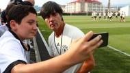Die Spieler laufen, der Bundestrainer macht Selfies: Joachim Löw und das DFB-Team sind in Sotschi angekommen.