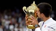 Mann mit Gefühl: Djokovic liebkost den Wimbledon-Pokal
