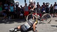 Am Boden:  Auch der niederländische Doppelsieger Dylan Groenewegen ist Opfer der Härten der Tour