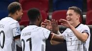 Florian Wirtz (rechts) macht sich und die deutsche Mannschaft glücklich.