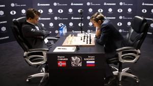Viel Denkarbeit: Titelverteidiger Magnus Carlsen (links) und Herausforderer Sergej Karjakin