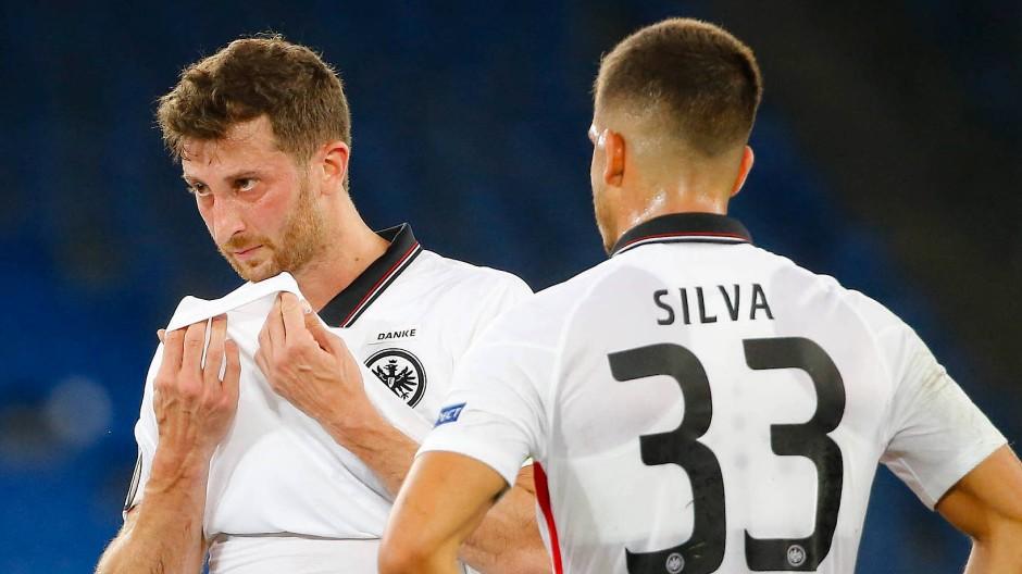 Die nächste Pause: David Abraham (links) und André Silva nach dem verdienten Aus in Basel.