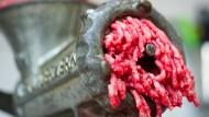 Hier kommt garantiert Rindfleisch aus dem Fleischwolf. Oder?