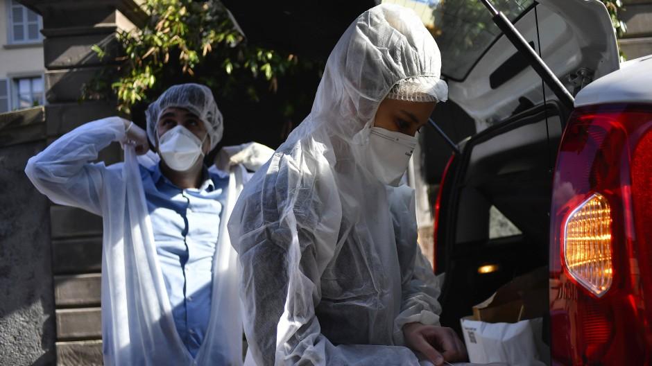 Kampf gegen das Virus: zwei Mediziner in Bergamo