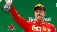 Auch der Dritte bekommt einen Pokal: Sebastian Vettel in Schanghai