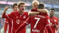 Wenn die Bayern feiern: Robben herzt Vorlagengeber Ribéry.