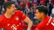 Du darfst auch mal: Robert Lewandowski gönnt Coutinho sein erstes Tor für die Bayern.