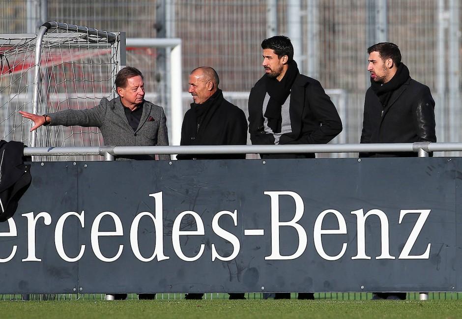 Tuchel-Entdecker: Hans-Martin Kleitsch (links) 2018 mit Sami Khedira (2. von rechts), dessen BRuder Denny und Vater Lazhar am Spielfeldrand beim VfB Stuttgart.