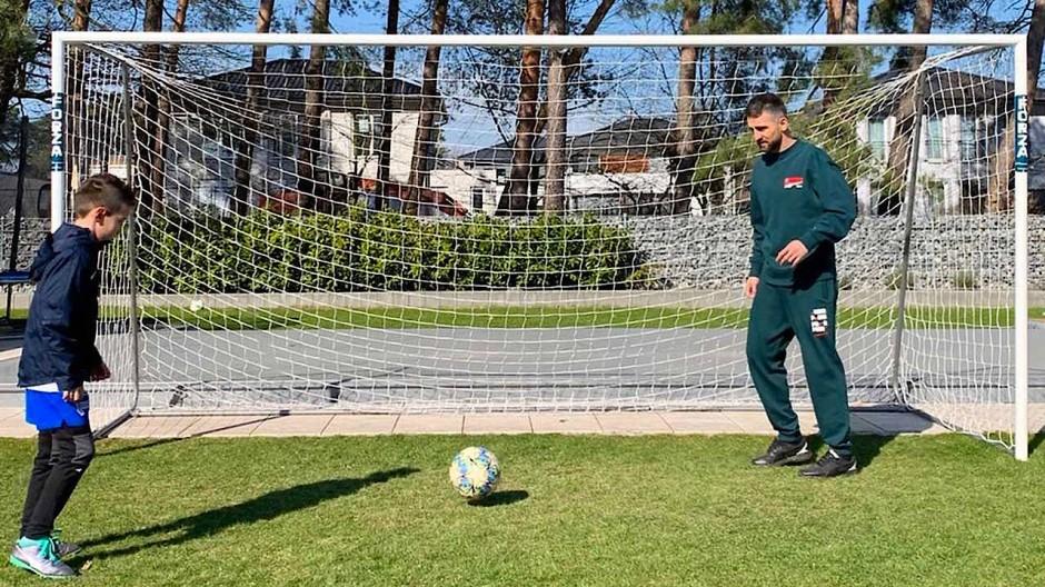 Vedad Ibisevic kickt mit seinem Filius Ismail im Garten. Durch den Fußball kann ich sonst nicht immer so viel Zeit mit ihnen verbringen.