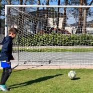 """Vedad Ibisevic kickt mit seinem Filius Ismail im Garten. """"Durch den Fußball kann ich sonst nicht immer so viel Zeit mit ihnen verbringen."""""""