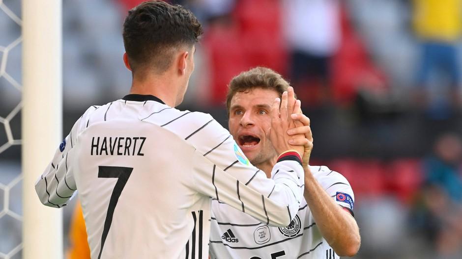 Gemeinsamer Jubel: Kai Havertz (links) und Thomas Müller beim Spiel in München