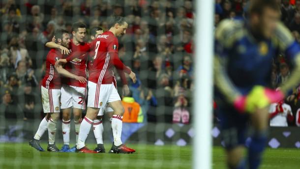 Manchester United bleibt im Rennen
