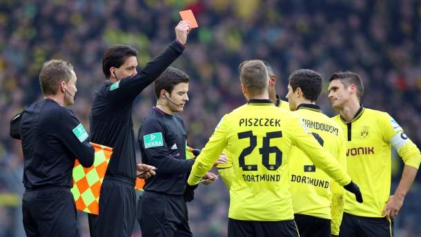 Schiedsrichter Manuel Gräfe stelle Robert Lewandowski vom Platz