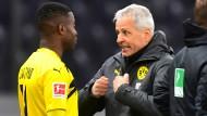 Wird er ihn auch in der Königsklasse auf den rasen schicken? BVB-Trainer Lucien Favre im Gespräch mit Youssoufa Moukoko (links).
