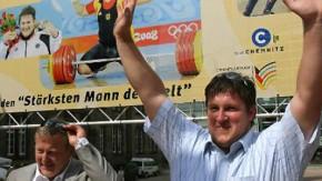 Mit Technik und Psychologie, sagt Mantek, wolle er Steiner (r., beim Empfang in Chemnitz im Somemr 2008) und seine anderen Sportler im dopingverseuchten Gewichtheben zu Siegen führen