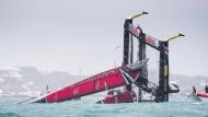 Da geht nichts mehr: Das neuseeländische Boot kentert spektakulär.