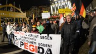 Pegida-Teilnehmer greifen Kameramann an