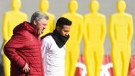 Wie kann man die Mauer in den Köpfen überwinden: Carlo Ancelotti hofft auf Thiago (r.)
