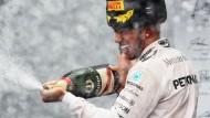 Wer sonst? Lewis Hamilton hat Gegner und Champagner im Griff.