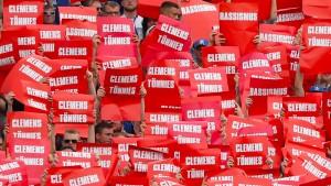 Schalke-Fans zeigen Tönnies die Rote Karte
