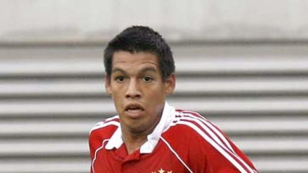 Julio dos Santos bricht sich das Bein