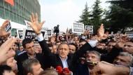 Gefeiert und verhaftet: Chefredakteur Ekrem Dumanli (Mitte) am Samstag in Istanbul