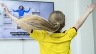 Auch so bleiben Kinder in Bewegung: In England nimmt die achte Jahr alte Mia an einem täglichen Live-Training teil.