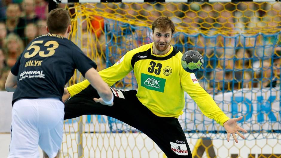 Lächelnd beim Siebenmeter dem Ball entgegen: Torwart Wolff in seinem Element