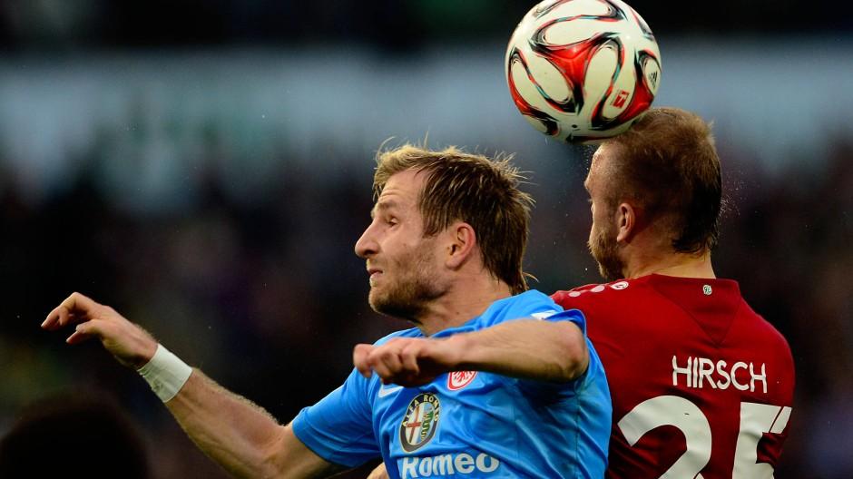 Der Hannoveraner Hirsch (r.) und Eintracht-Spieler Aigner schenken sich nichts