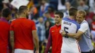 Glücklicher Schwabe in Amerika: Trainer Klinsmann (rechts) umarmt Spieler Besler.