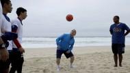 Bach am Beach: Der IOC-Präsident zeigt seine Fähigkeiten beim Fußball.