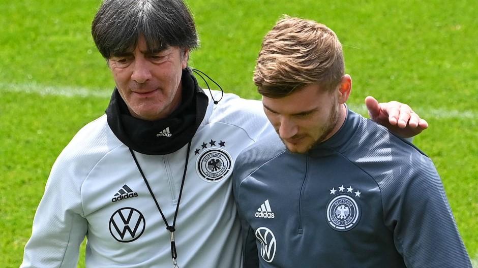 Bundestrainer Joachim Löw (links) mit Champions-League-Sieger Timo Werner
