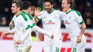 Der Retter: Claudio Pizarro (Mitte) beschert seinen Temkameraden und Werder mit seinem ersten Saisontor einen Punkt