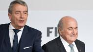 DFB-Präsident Wolfgang Niersbach und der zurückgetretene Fifa-Boss Joseph Blatter (rechts)