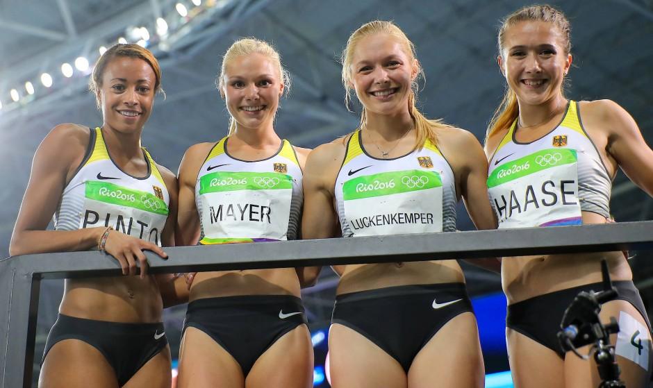 """Mit ihren Sprintkolleginnen bei den Olympischen Spielen: """"Wir sind noch so jung""""."""