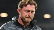 Nach dem Ärger von Augsburg wird auch Leipzigs Trainer Ralph Hasenhüttel kritisiert.