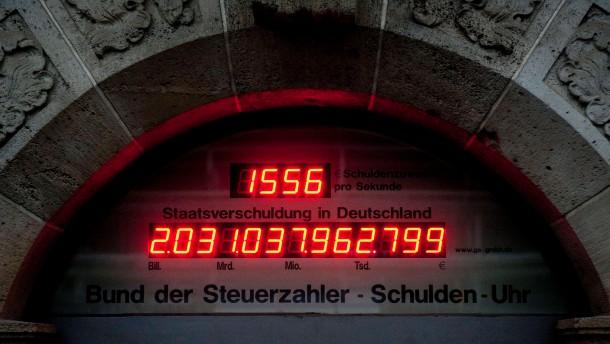 Die Uhr in Deutschland tickt: 2013 sollen aber weniger Schulden als geplant gemacht werden