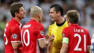 Schiedsrichter Kassai hatte einiges zu erklären gegenüber den Spielern des FC Bayern.