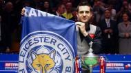 Was für ein Abend für Leicester: Mark Selby wird Snooker-Weltmeister – und die Fußballer holen den Titel in England.