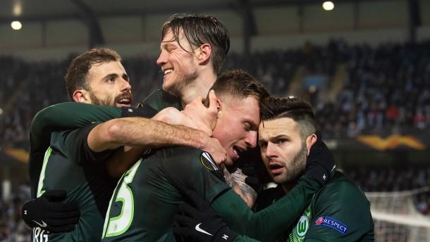 Wolfsburg leicht und locker im Achtelfinale
