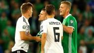 Immerhin behauptet: Die deutsche Nationalmannschaft und die aufmüpfigen Nordiren.