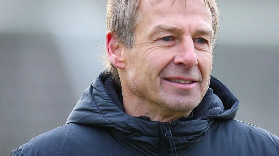 Jürgen Klinsmann darf Hertha BSC weiter als Cheftrainer betreuen.