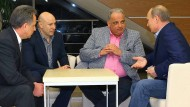 April 2013 in Sotschi: Der damalige Sportminister Witali Mutko, Ringer-Funktionär Michail Mamiaschwili, Ringer-Präsident Nenad Lalovic und Wladimir Putin (von links) im Gespräch. Im September beschloss das IOC, Ringen im Programm der Spiele zu behalten.