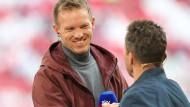 Bayern-Trainer Julian Nagelsmann (links) begrüßt Lothar Matthäus.