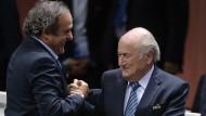 Chefs unter sich: Uefa-Präsident Platini gratuliert Fifa-Präsident Blatter am 29. Mai zu seiner Wiederwahl.