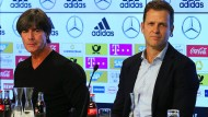 So wie auf diesem Bild (Bundestrainer Joachim Löw, links, neben Manager Oliver Bierhoff im August 2018) wird die Werbetafel bei der Pressekonferenz in Leipzig wohl nicht aussehen.