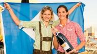 In Lederhosen und Trachten-Hemd mit HSV-Flagge: Laura Ludwig und Kira Walkenhorst sind am Beach so überlegen wie die Bayern auf dem Rasen
