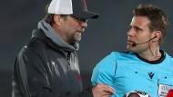 Jürgen Klopp (links) hatte einiges mit Schiedsrichter Felix Brych zu besprechen.