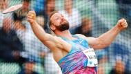 Robert Harting schafft mit 65,11 Metern die Norm für die Leichtathletik-WM im August in London.